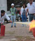 Los trabajores del HRO hicieron práctica con un cilindro de gas propano en llamas para mejorar el manejo de extintores. (Foto Prensa Libre: Raúl Juárez)
