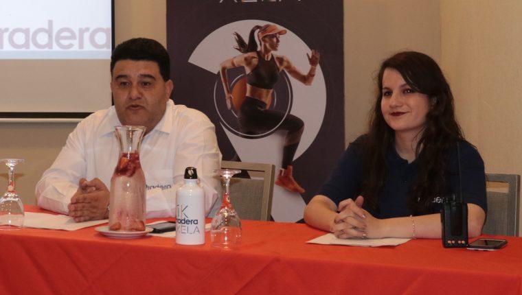 Pablo Hidalgo y Ligia de León fueron los representantes del centro comercial que presentaron la carrera. (Foto Prensa Libre: Raúl Juárez)