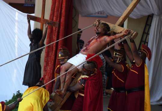 Las pasiones son una presentación dramática que muestra el sufrimiento y la muerte de Jesucristo. Foto Prensa Libre: AFP