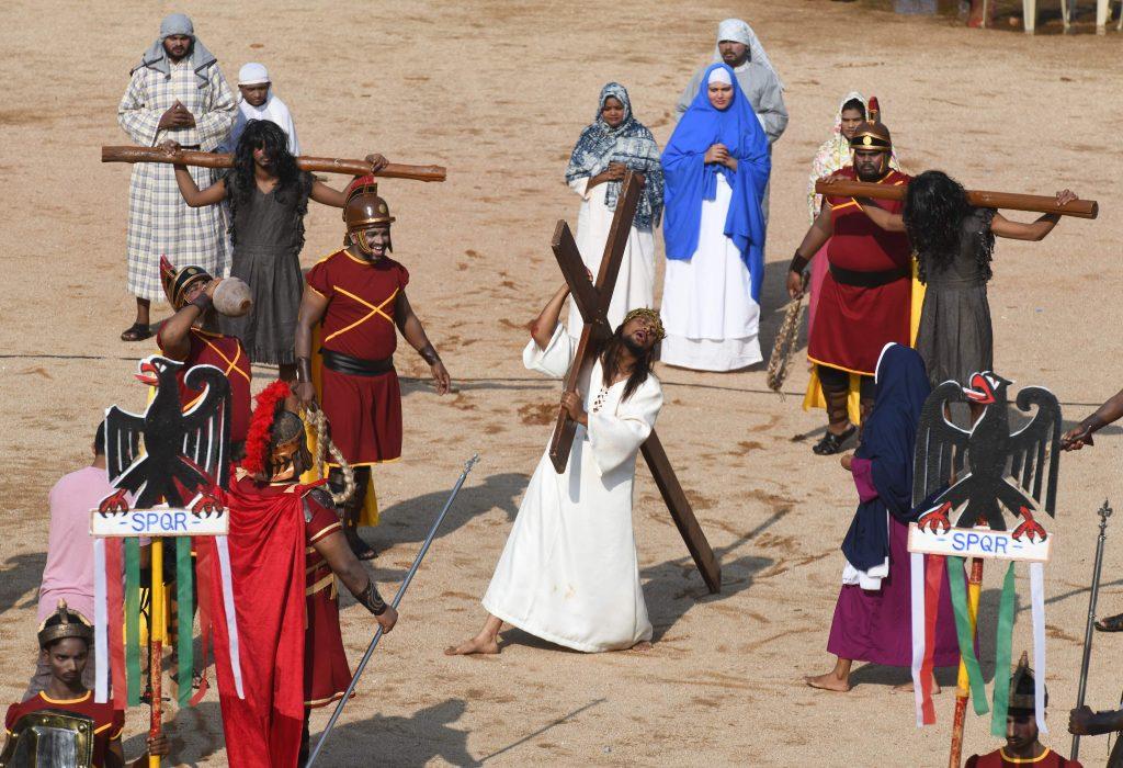 Los católicos indios recrean la crucifixión de Jesucristo en la Iglesia de la Sagrada Familia en Secunderabad, la ciudad gemela de Hyderabad. Foto Prensa Libre: AFP