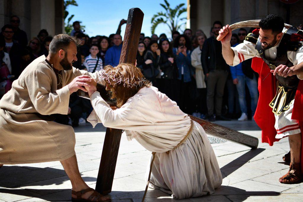 Un artista disfrazado de Jesucristo y otro como un soldado romano  recrean las Estaciones del Viacrucis durante una procesión anual del Jueves Santo en Marsala, en la isla italiana de Sicilia, Italia. Foto Prensa Libre: AFP