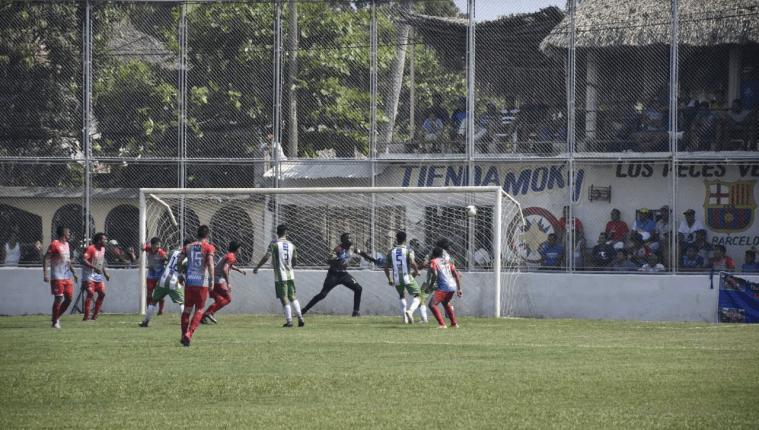 Iztapa y Antigua GFC nivelaron 0-0 el sábado recién pasado en el estadio El Morón, en un encuentro que estuvo salpicado por un grosero error arbitral (Foto Prensa Libre: Carlos Paredes)
