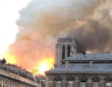 El periodista mexicano Herly Arámbula fotografío el incendio de la Catedral de Notre  Dame durante una visita a la icónica construcción este lunes. (Foto Prensa Libre: Cortesía Herly Arámbula)