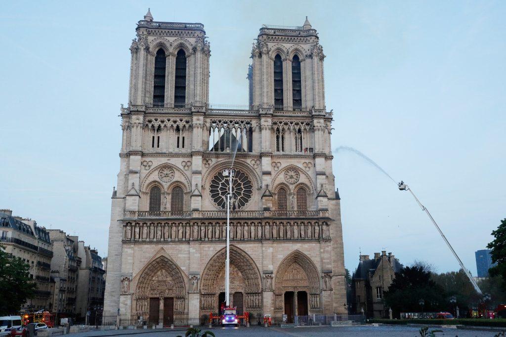 Este día la fachada de la iglesia fue rociada con agua para que no fuera afectada. Foto Prensa Libre: AFP