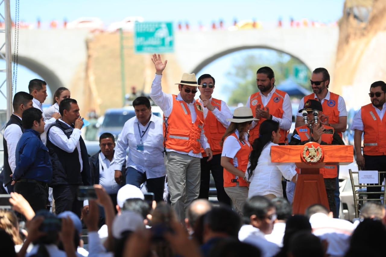 El presidente Jimmy Morales saluda a los asistentes a la inauguración del libramiento de Chimaltenango. (Foto Prensa Libre: Carlos Hernández)