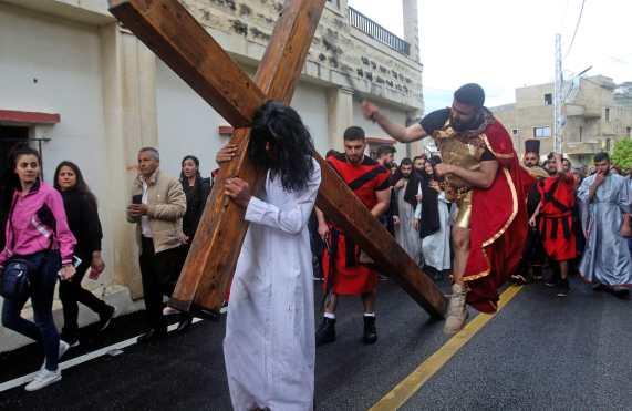 Durante la escenificación un personaje disfrazado de romano azota a otro vestido como Jesús, durante la obra presentada en Líbano. Foto Prensa Libre: AFP