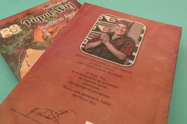 El maestro Humberto Ak'abal deja con su partida su esencia en las páginas de sus libros, cuentos y ensayos. Este 23 de abirl de 2019 se realizó la presentación de la cuarta edición de su libro Paráfrasis del Popol Wuj (Foto Prensa Libre: Juan Diego González)