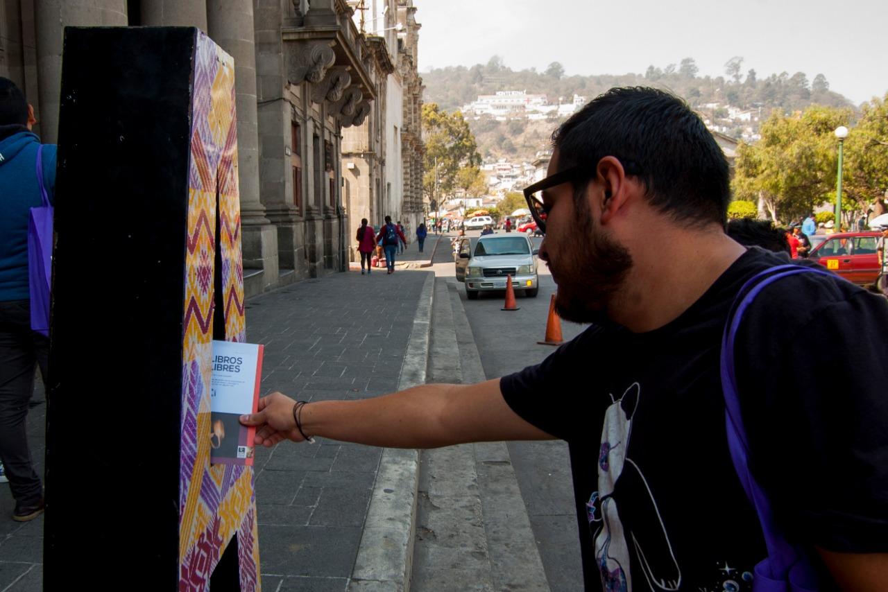 Los libros fueron tomados por ciudadanos para leerlos y luego entregarlos a alguien más. (Foto Prensa Libre: Cortesía Fabricio Amezquita)