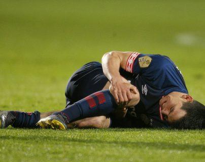 Hirving Lozano de PSV cae luego de una falta este jueves en un partido del torneo holandés Eredivisie. (Foto Prensa Libre: EFE)