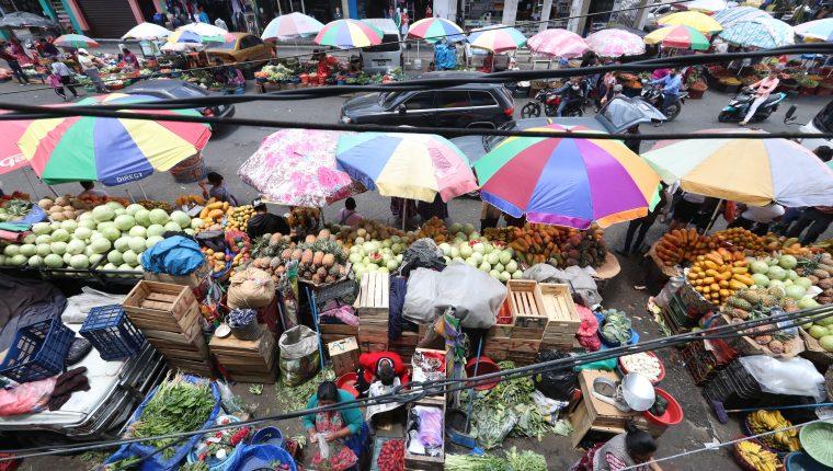 Vendedores informales que ocupan varias calles de la zona 3, exigen regresar a sus lugares luego del recapeo de las vías. (Foto Prensa Libre: Mynor Toc)