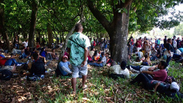 Migrantes centroamericanos descansan en una localidad entre Metapa y Tapachula, México. (Foto Prensa Libre: AFP)