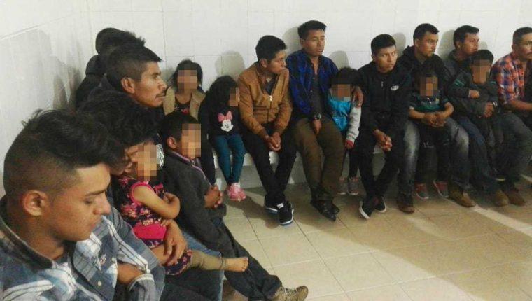 El grupo de guatemaltecos fue interceptado por fuerzas de seguridad mexicanas en Comitán de Domínguez. (Foto Prensa Libre: Mike Castillo)