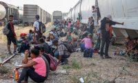 Imagen de referencia de cientos de migrantes centroamericano que siguen llegando a la frontera entre México y EE. UU.  (Foto Prensa Libre: EFE)