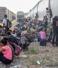"""Migrantes centroamericanos esperan abordar las góndolas del tren """"La Bestia"""" en el municipio de Ixtepec, Oaxaca, México. (Foto Prensa Libre: Efe)"""