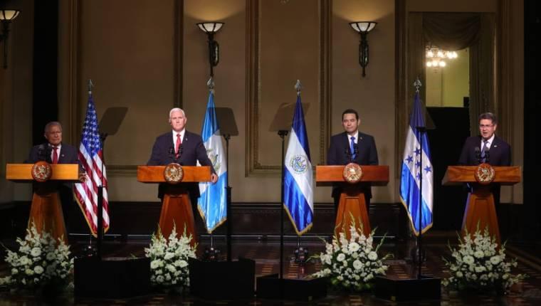 El vicepresidente de EE. UU., Mike Pence, sostuvo una reunión con los presidente de los países del Triángulo Norte en junio del 2018 para pedir que se frene la migración. (Foto Prensa Libre: Hemeroteca PL)