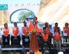 """El presidente Jimmy Morales, en la """"supervisión"""" del libramiento de Chimaltenango. (Foto Prensa Libre: Carlos Hernández)"""