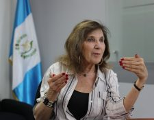 Periodista Mary Jo McConahay presentó su libro The Tango War en Guatemala. (Foto Prensa Libre, Érick Ávila)