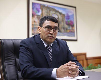 El contralor general de Cuentas, Edwin Salazar, dio una entrevista a Prensa Libre para hablar de los proyectos que implementará en el ente fiscalizador. (Foto Prensa Libre: Esbin García)