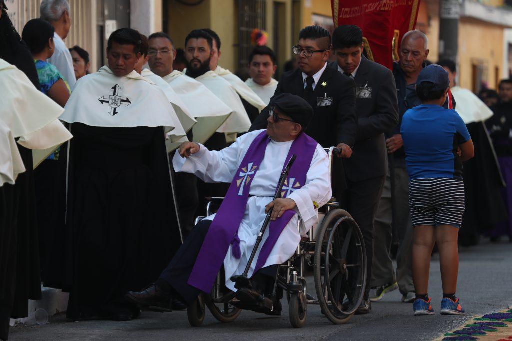 El párroco de la iglesia San Pedrito agradeció a los presentes en el cortejo.