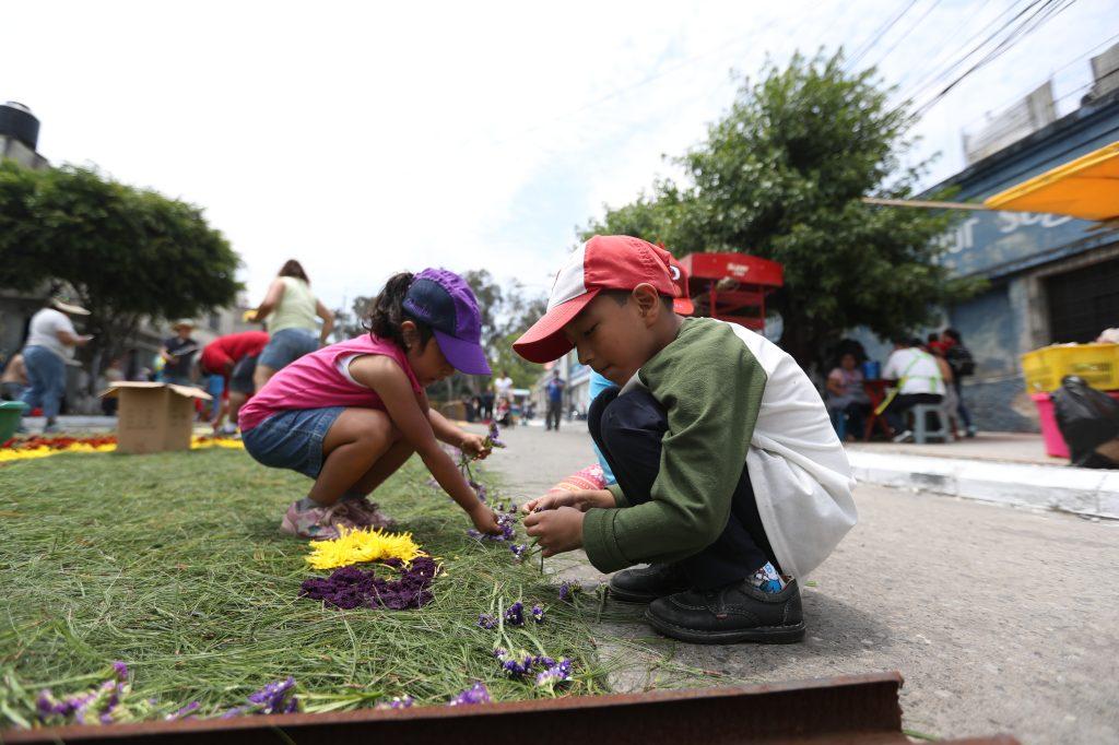 Niños participaron en la elaboración de alfombras para el paso del Redentor de los Cautivos.