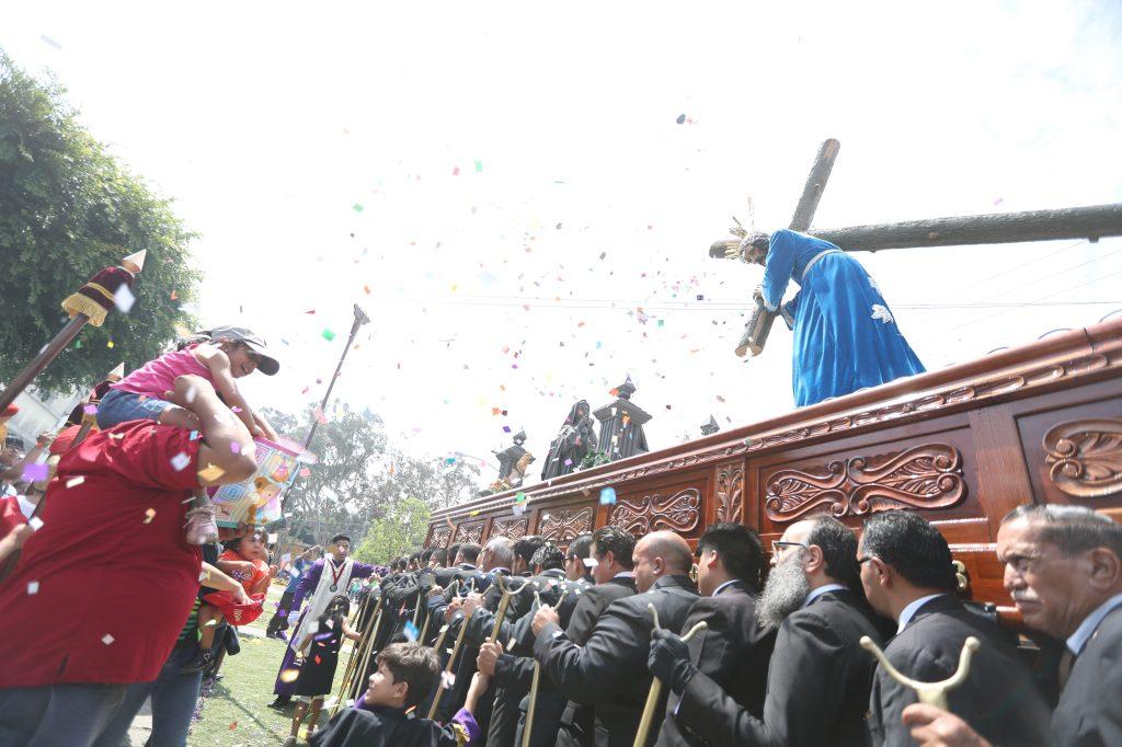 Padre e hija lanzan confeti al nazareno de Santa Marta, zona 3.