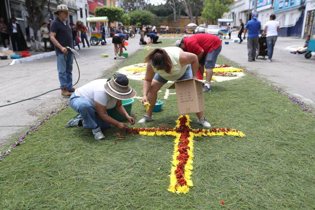Las procesiones de barrio son esperadas por quienes no viajan a la Antigua Guatemala.