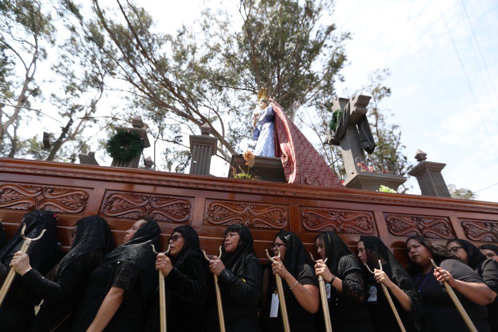 La dolorosa de la iglesia Santa Marta en la zona 3 fue llevada en hombros por mujeres vestidas de negro.