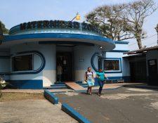 El Ministerio de Salud había indicado que se recibirían pacientes,  pero la atención a las pacientes en la Maternidad de la zona 13 continúo este lunes, aunque la afluencia de personas fue poca. (Foto Prensa Libre: Carlos Hernández)