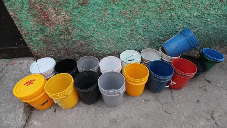 Vecinos de la colonia La Ruedita zona 3 capitalina, sufren escasez de agua entubada.