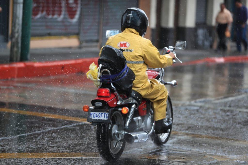 Durante estas temporadas se sugiere que se evite la humedad en la ropa para combatir enfermedades, indican los expertos. Foto Prensa Libre: Carlos Hernández