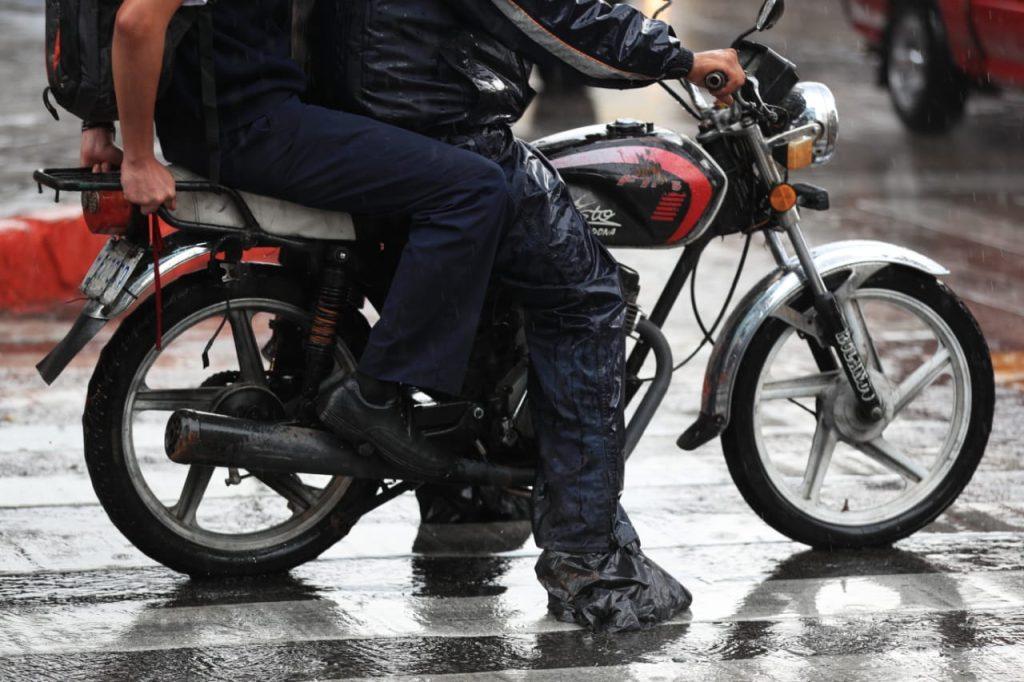 Las personas que manejan motocicletas utilizan calzado especial y un traje de plástico. Foto Prensa Libre: Carlos Hernández