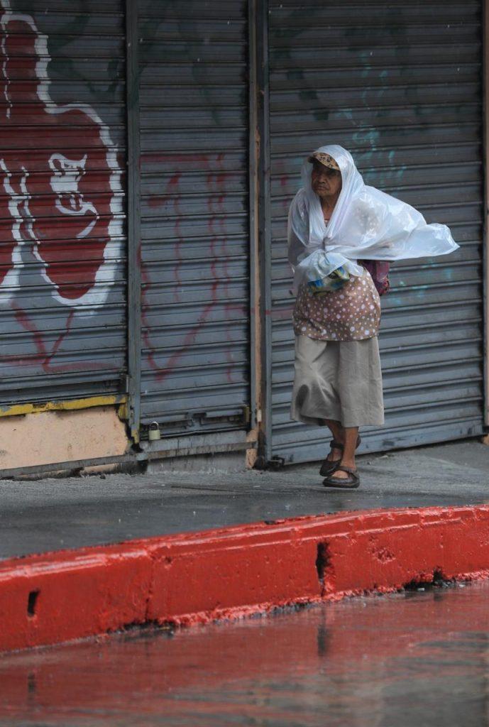 Algunas personas han tenido que usar plásticos para evitar mojarse. Foto Prensa Libre: Carlos Hernández