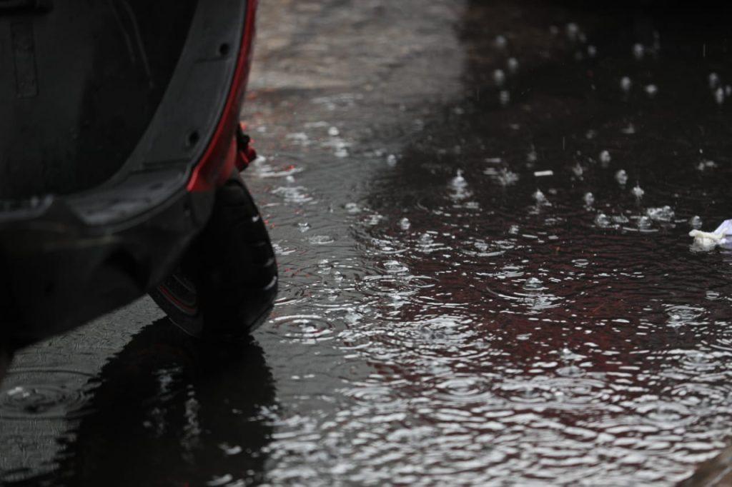 Desde la semana pasada se han sentido leves lloviznas en la capital. Foto Prensa Libre: Carlos Hernández