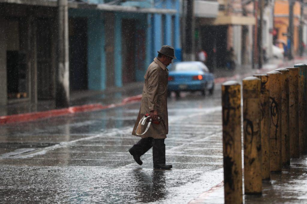 Según las autoridades, las lluvias prevalecerán hasta el jueves. Foto Prensa Libre: Carlos Hernández