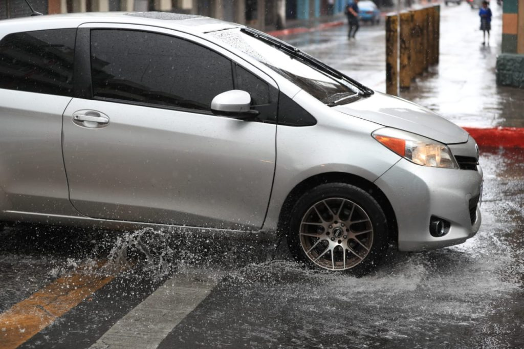 Las personas en sus vehículos bajaron la velocidad para evitar percances. Foto Prensa Libre: Carlos Hernández