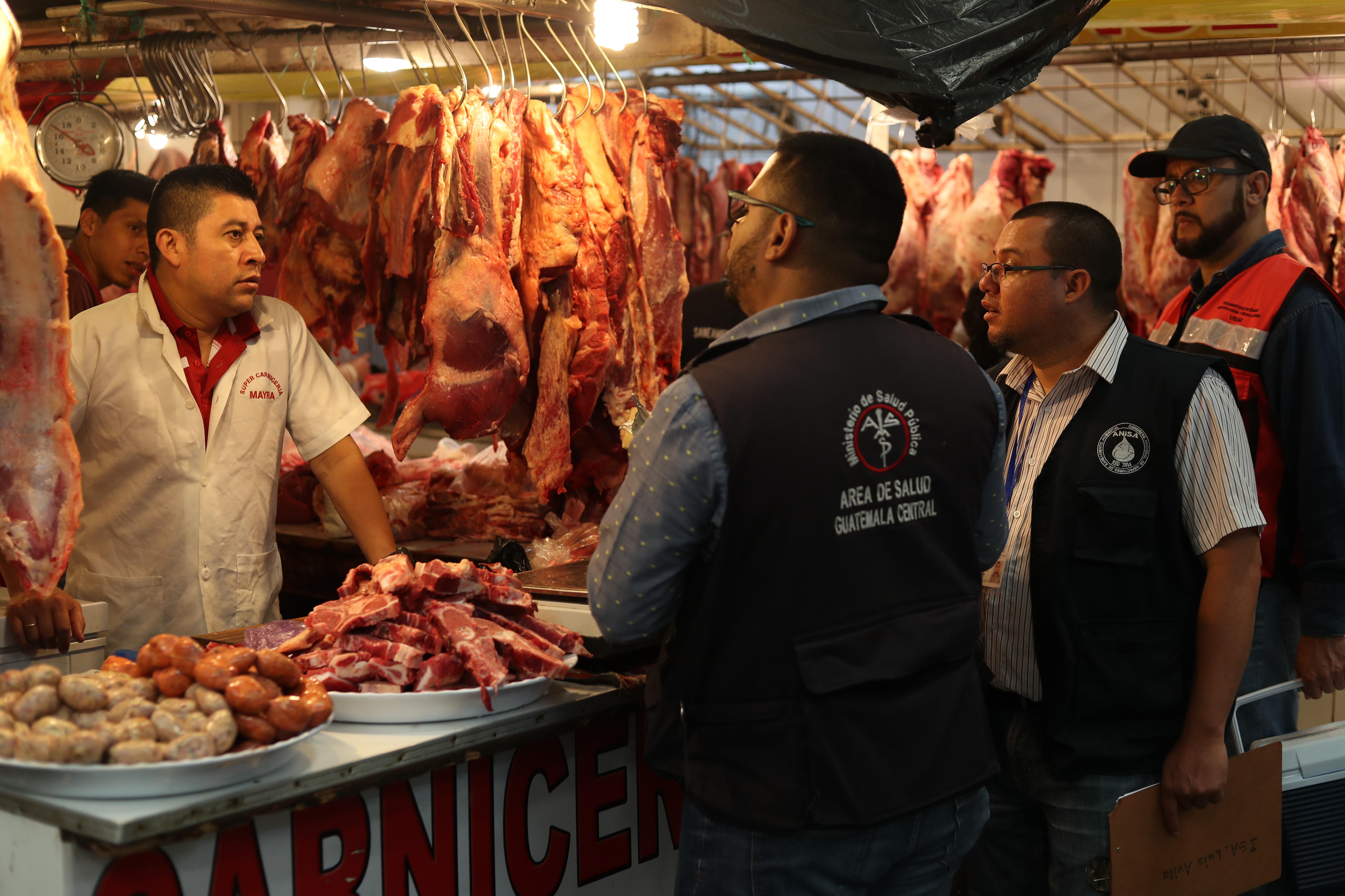 Personal del Ministerio de Salud, del Maga y Diaco llegaron al Mercado Sur 2 para supervisar la venta de carne. (Foto Prensa Libre: Esbin García)