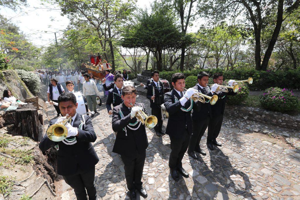 Con trompetas se anunciaba el inicio del paso del viacrucis en el Cerrito del Carmen, zona 1.