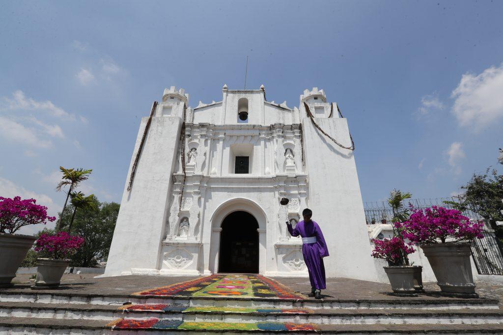 El frontispicio de la ermita en el Cerrito del Carmen fue adornado con una alfombra de aserrín.