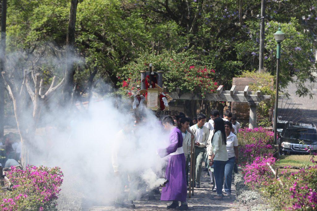 El color de las flores se fusionaba con el humo del incienso mientras avanzaba la procesión.