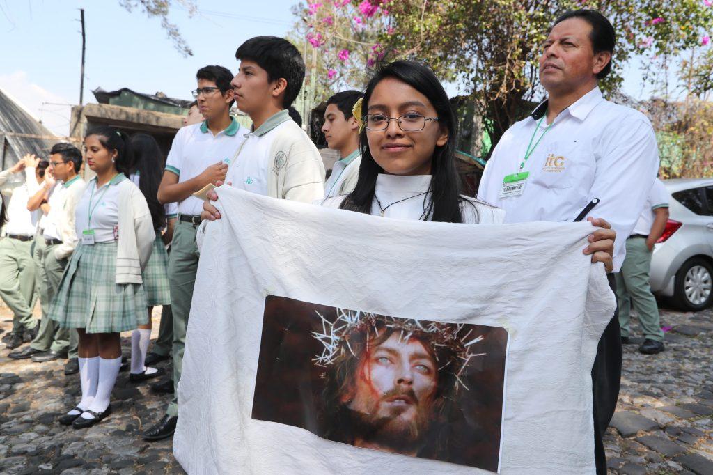 Jóvenes portaron imágenes de Jesús durante la realización del viacrucis en vivo.