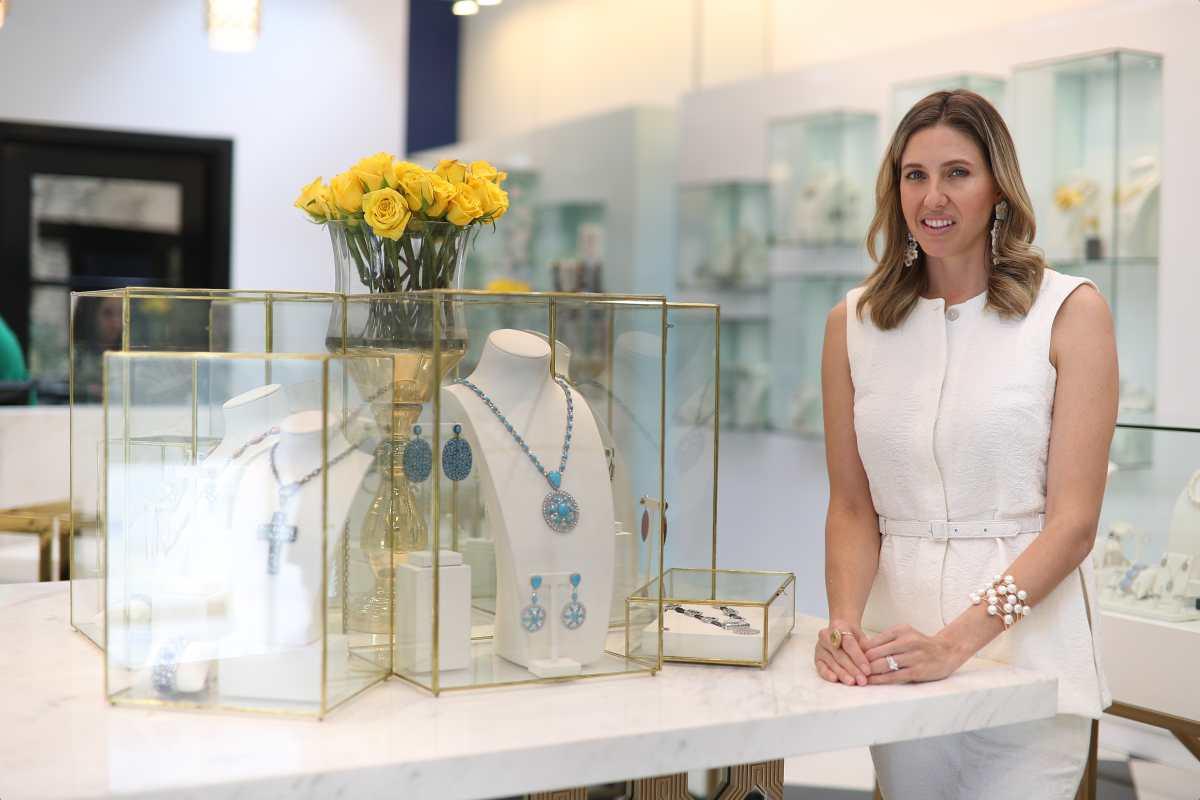 Cristina Santos se tomó el tiempo para entender el arte de las piedras preciosas, antes de crear una exitosa joyería