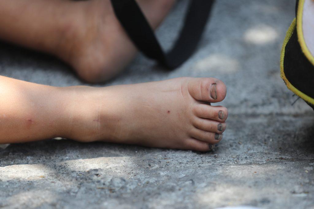 Niño descansa afuera de la Casa del Migrante en la zona 1.