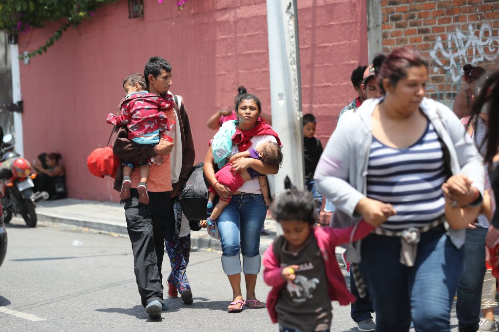 Una familia llega a la Casa del Migrante.