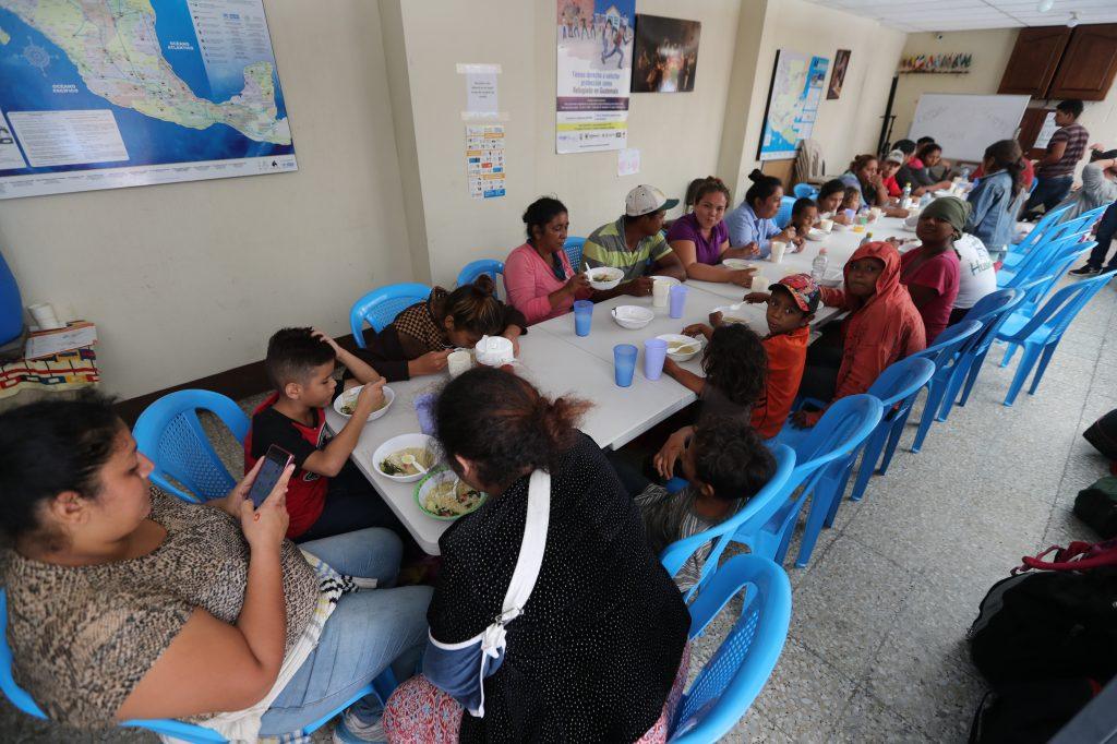 La Casa del Migrante ofrece alimentación a los migrantes que viajan en caravana hondureña.