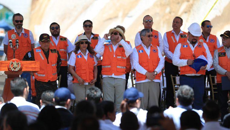 Jimmy Morales llevó al Gabinete para la apertura del libramiento de Chimaltenango, algo que el Ejecutivo insiste que fue una supervisión y no una inauguración. (Foto Prensa Libre: Hemeroteca PL)