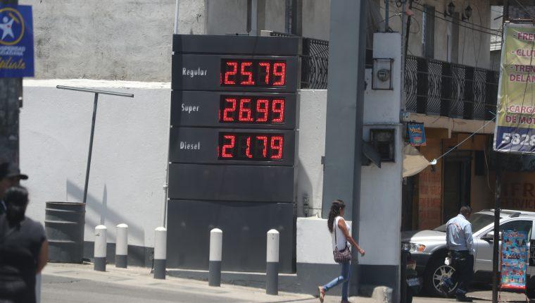 El precio del galón de gasolina superior y regular registraron nuevo incremento durante los últimos días en el mercado local. (Foto Prensa  Libre: Érick Ávila)