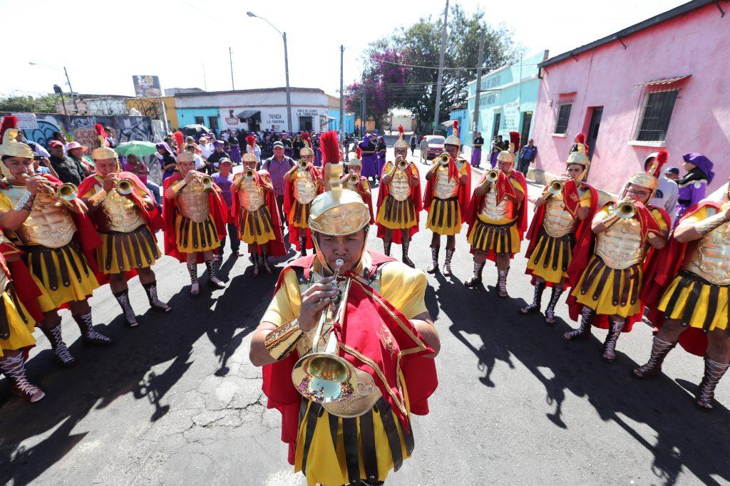 La fanfarria romana toca en cada cuadra anunciando el paso de la procesión.