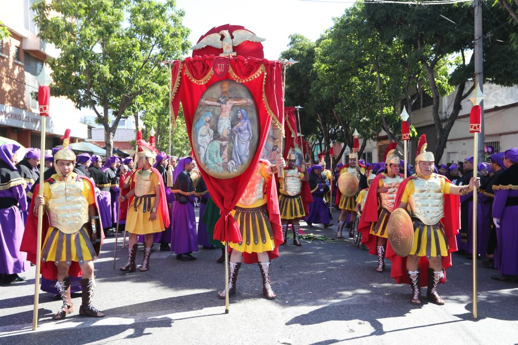 El escuadrón de romanos de San José es el que abre el cortejo procesional y porta las estaciones del viacrucis.