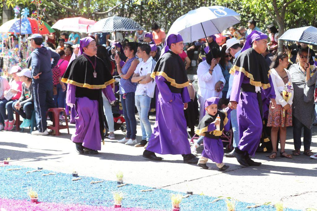 Varios niños acompañaron a sus padres en el recorrido de la procesión.