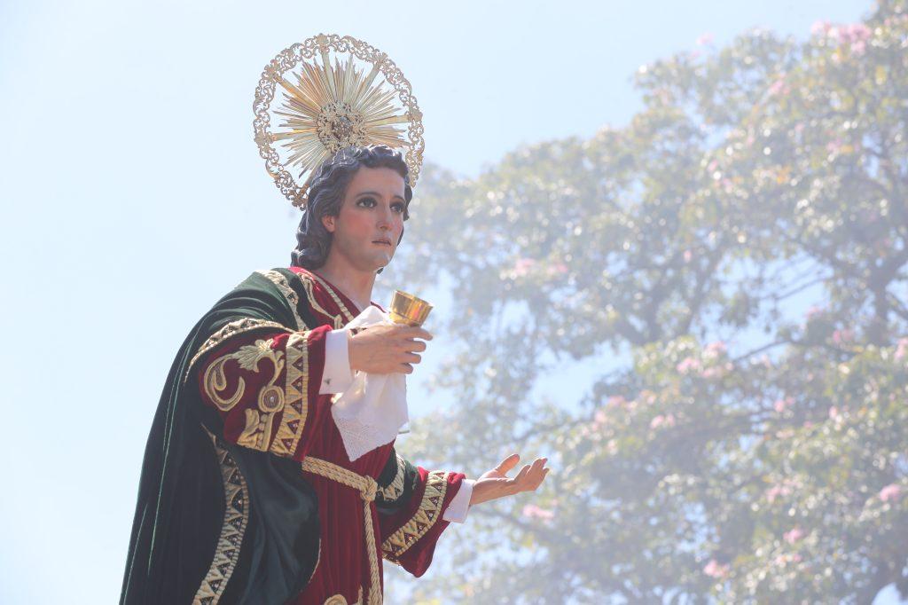 Detrás del anda de Jesús sigue la imagen de San Juan.